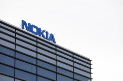 Nokia märkesnamn överst av en kontorsbyggnad arkivfoton