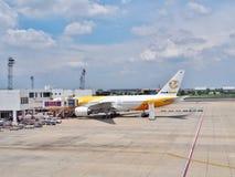 NokScoot ` s Boeing 777-200 som parkeras på Don Mueang International Airport Arkivfoton