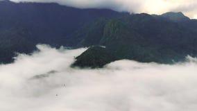 Nollan Quy Ho passerar p? av ?verkant berget ?verkant i Sapa, Lao Cai, Vietnam Detta ?r en mycket trevlig v?g och farligt i arkivfilmer