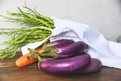 Nollavfalls använder mindre det organiska plast- begreppet/nya grönsaker i påsar för ecobomullstyg royaltyfri fotografi