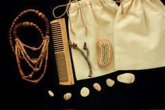 Nollavfallswomen& x27; s-tillbehör, naturlig borste, trähårhårkam och pärlor, sugrörhatt, återvinningsbar bomullshand - gjord pås royaltyfria bilder