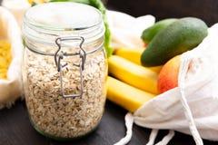 Nollförlorad livsmedelsbutikshopping Packe-fri mat på den mörka trätabellen med textur Nya grönsaker och frukter i Eco bomullspås fotografering för bildbyråer