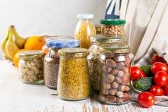 Nollförlorat begrepp, sustanable livsstil - exponeringsglas och pappers- återvinningsbart förpacka för livsmedelsbutikshopping royaltyfri bild