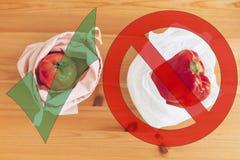 Nollförlorat shoppingbegrepp Nytt livsmedel i återvinningsbara ecopåsar och grönsaker i plast- polyetylenpåse på trätabellen arkivfoton