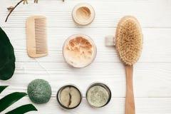 nolllekmanna- avfallslägenhet Naturligt fast schampo, träborste, deodo arkivfoton