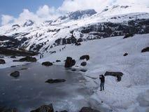 Nollpunkt Sikkim, var civilistvägen avslutar till himmel, Sikkim IN Royaltyfria Bilder