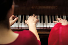 Nolwenn Collet et Olivia Paloyan - pair Deux de piano jouant le tango sur le piano pour des danseurs au centre de Powerscourt, ta Photo stock