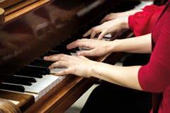 Nolwenn Collet y Olivia Paloyan - par Deux del piano que juega tango en el piano para los bailarines en el centro de Powerscourt, Imagen de archivo