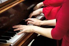 Nolwenn Collet y Olivia Paloyan - par Deux del piano que juega tango en el piano para los bailarines en el centro de Powerscourt, Foto de archivo