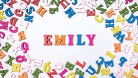 Nom EMILY de bébé composée de lettres en bois sur le plancher Choix du concept de nom Photos stock