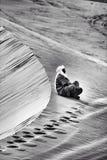Nomad som vilar i Sahara Arkivfoto