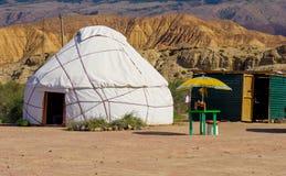 Nomad- yurts under sommarsäsong Arkivbilder