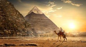 Nomade dichtbij piramides stock afbeeldingen