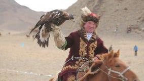 Nomade op horseback met adelaar stock footage