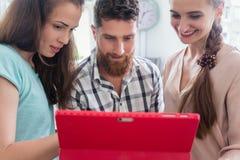 Nomades numériques dignes de confiance aidant leur collègue pendant le travail à distance Photos stock