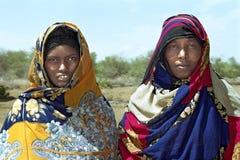 Nomadische Frauen des Gruppenporträts im bunten Kostüm lizenzfreie stockfotografie