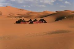 Nomadische Zelte unter Wüsten-Sanddünen Stockfotos
