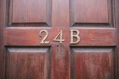 Nombre d'adresse dans une porte en bois photo libre de droits