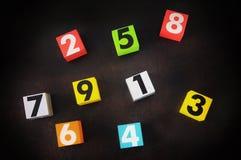 Nombre de 1 à 9 sur le cube en bois coloré Photographie stock