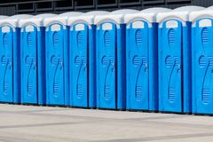 Nombre de biotoilets sur la rue de ville Image stock