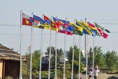 Nombre de différents drapeaux avec des manteaux des bras et des bannières Image libre de droits
