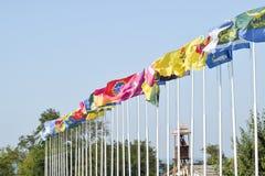 Nombre de différents drapeaux avec des manteaux des bras et des bannières Image stock