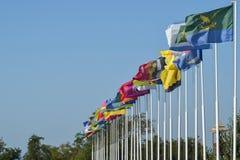 Nombre de différents drapeaux avec des manteaux des bras et des bannières Images stock