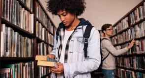 Nombre de la lectura del estudiante universitario del libro fotos de archivo