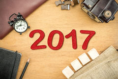 Nombre de nouvelle année du rouge 2017 sur le dessus en bois de Tableau avec l'horloge, type boîte Photographie stock libre de droits