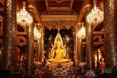 Nombre de oro grande hermoso Phra Phuttha Chinnarat de la estatua de Buda Fotos de archivo