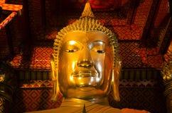 Nombre de oro Luang Pho Tho de la estatua de la imagen de Buda en Wat Phanan Choeng Imágenes de archivo libres de regalías