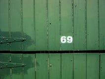 Nombre de rue, 69 sur le fond en bois Photographie stock libre de droits