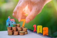 nombre des 2017 textes avec des pièces de monnaie Nombre sept en main mis aux pièces de monnaie Image stock