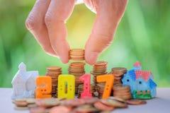 nombre des 2017 textes avec des pièces de monnaie pièces de monnaie en main mises pour loger le modèle Images libres de droits