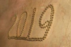 Nombre diagonal 2019 écrit par les perles à chaînes d'or lumineux brillant photos libres de droits