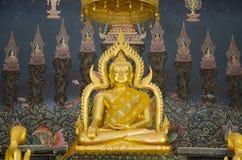 Nombre Luang Pho Phet de la estatua de Buda en el ubosot para la gente que ruega a Imagen de archivo libre de regalías