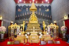 Nombre Luang Pho Phet de la estatua de Buda en el ubosot para la gente que ruega Imagen de archivo