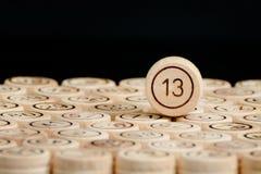 Nombre malheureux 13 sur le loto en bois de barils Fond noir Images libres de droits
