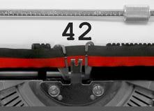 Nombre 42 par la vieille machine à écrire sur le livre blanc Image libre de droits
