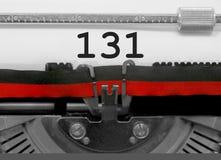 Nombre 131 par la vieille machine à écrire sur le livre blanc Photos stock
