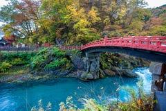 Nombre rojo del puente de madera del puente de Shinkyo en Nikko imagen de archivo