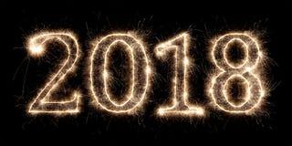nombre 2018 rougeoyant lumineux de veille de nouvelles années de cierge magique de feu d'artifice Photographie stock