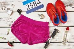 Nombre, shorts et espadrilles du ` s de participant Image stock