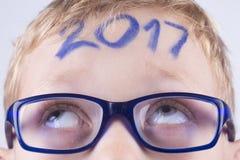 2017, nombre sur la tête du jeune garçon Image libre de droits