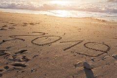 nombre 2019 sur le beau rivage au coucher du soleil Photo stock