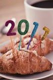 Nombres éclatants formant le numéro 2017 sur un croissant Photos stock