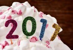 Nombres éclatants formant le numéro 2017 sur un gâteau Image stock