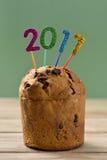 Nombres éclatants formant le numéro 2017 sur un gâteau Images stock