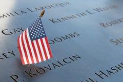 Nombres conmemorativos del 11 de septiembre nacional con la bandera de los E.E.U.U. en Nueva York Imagenes de archivo