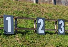 Nombres de cible sur un champ de tir Image stock